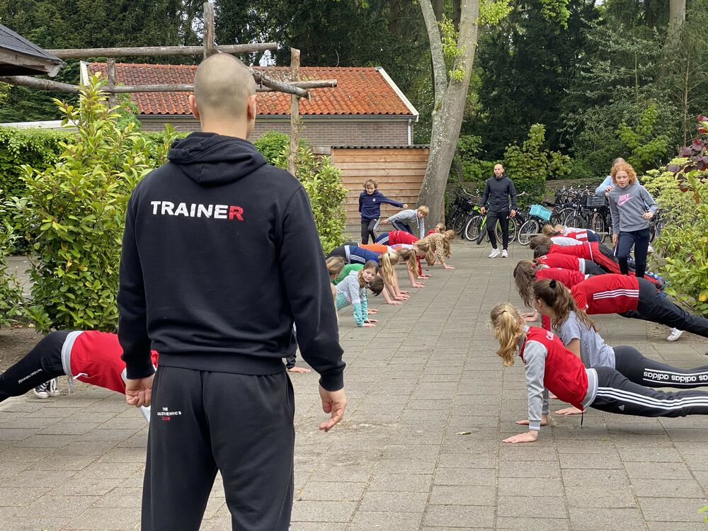 Calisthenics Trainer giving Calisthenics bodyweight Training to youth in school